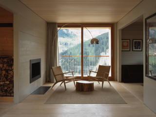 Zwei Häuser in Leis -Vals, CH :  Wohnzimmer von Simona Pribeagu Schmid, dipl. Architektin AAM