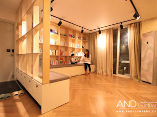 Salas modernas de 앤드컴퍼니 Moderno