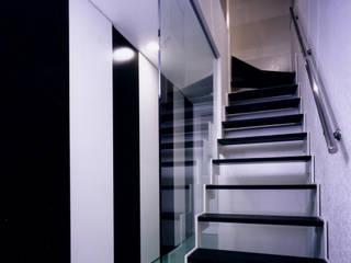本郷の家: 加藤將己/株・将建築設計事務所が手掛けた廊下 & 玄関です。