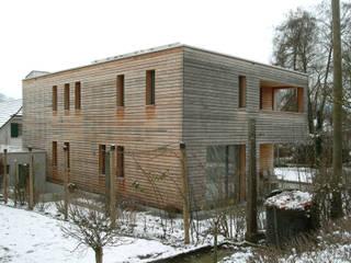 Ansicht aus Norden - Differenzierte Ausgestaltung der Ausschnitte in der Gebäudeecke rechts: moderne Häuser von  Architekturbüro André Schär Dipl. Arch. FH