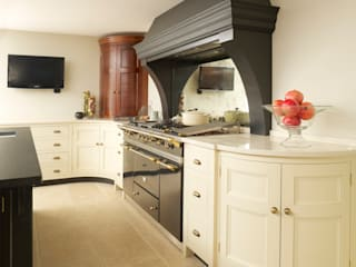 Felsted | Bespoke Navy and Off-White Classic Contemporary Kitchen Humphrey Munson Classic style kitchen