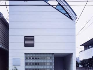 正面のガラスブロックはトーメイと指向性の横ストライプでショップの様子が: 加藤將己/株・将建築設計事務所が手掛けた家です。