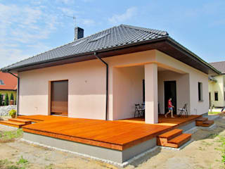 Tarasy-drewniane- Dorota Maciejewska Balcone, Veranda & Terrazza in stile classico