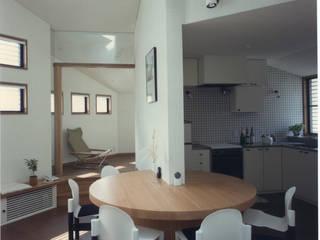 下目黒の家: 加藤將己/将建築設計事務所が手掛けたリビングルームです。