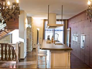 Villa a Clusone (BG): Cucina in stile  di Lineacolor studio di giacomo Bonaldi