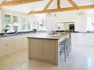 The Old Forge House, Hertfordshire | Classic Painted Shaker Kitchen Dapur Gaya Country Oleh Humphrey Munson Country