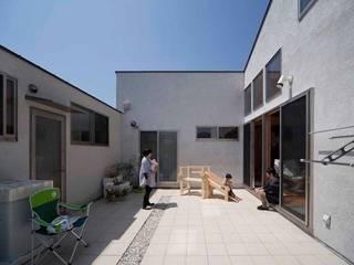 屋外にリビングのある家 モダンな庭 の 山中設計 モダン