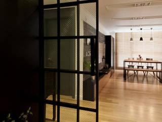 Pasillos y recibidores de estilo  por 디자인투플라이