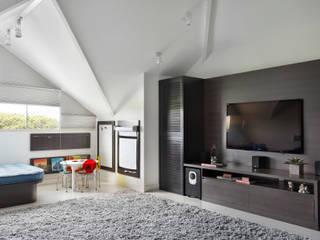 Salas multimedia modernas de Carolina Mendonça Projetos de Arquitetura e Interiores LTDA Moderno