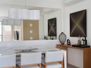 Столовая комната в стиле модерн от Carolina Mendonça Projetos de Arquitetura e Interiores LTDA Модерн