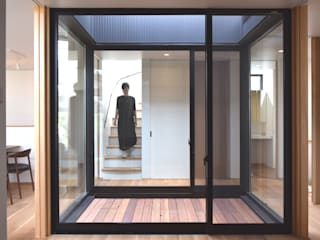 LIGHT COURT HOUSE FURUKAWA DESIGN OFFICE Modern corridor, hallway & stairs