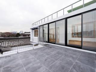 2층 발코니 모던스타일 발코니, 베란다 & 테라스 by 비에스디자인건축사사무소 모던