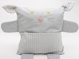 Coussin chat brodé en tissu bio gris:  de style  par Kat de Paris