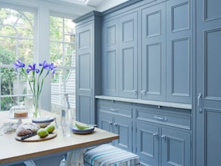 Dresser & Breakfast Table with Bench Seating. Dresser painted in Downpipe by Farrow & Ball. di Lewis Alderson Classico
