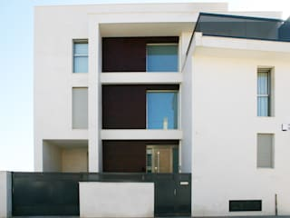 Minimalist house by Chiralt Arquitectos Minimalist