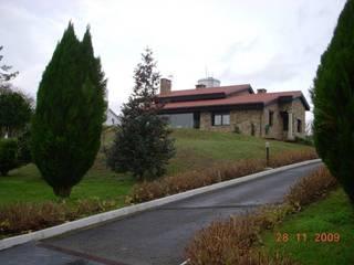 Vista sureste de la vivienda, desde el acceso rodado: Casas de estilo  de DE DIEGO ZUAZO ARQUITECTOS
