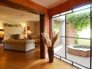 CASA TRADICIONAL: Livings de estilo colonial por LLACAY arquitectos