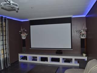 Salas multimedia de estilo moderno de Aedis Conseil Moderno