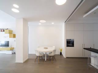 Minimalistyczny salon od ristrutturami Minimalistyczny
