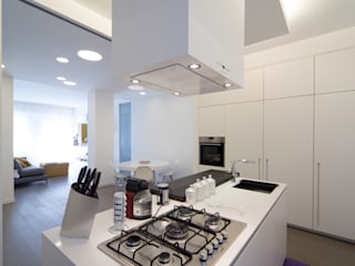 Radiant White: Cucina in stile in stile Minimalista di ristrutturami