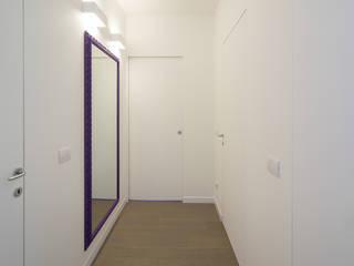 Radiant White ristrutturami Ingresso, Corridoio & Scale in stile minimalista