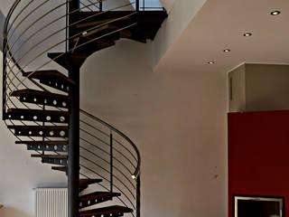 Spindeltreppe aus Stahl mit Eichenstufen.:  Flur & Diele von SMG-Treppen