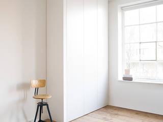 Modern corridor, hallway & stairs by Versat Modern
