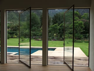Tepoztlan, Morelos, México Puertas y ventanas modernas de Multivi Moderno