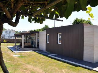 Vista trasera de una Casa Cube de 100 metros cuadrados con porche Casas modernas: Ideas, imágenes y decoración de Casas Cube Moderno