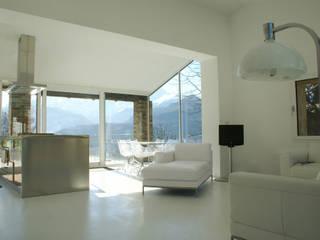 CASA IN VAL PELLICE: Soggiorno in stile  di Dario Castellino Architetto