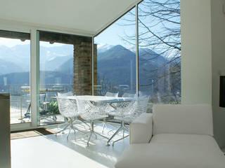 CASA IN VAL PELLICE: Sala da pranzo in stile  di Dario Castellino Architetto