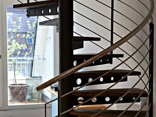 Spindeltreppe mit Stahlblech-Schwerter - Brandschutz kann auch edel aussehen.: moderne Wohnzimmer von SMG-Treppen