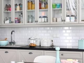 białe mieszkanie dwupoziomowe Warszawa livinghome wnętrza Katarzyna Sybilska Nowoczesna kuchnia