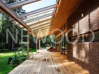 NEWOOD - Современные деревянные дома Balcone, Veranda & Terrazza in stile rurale
