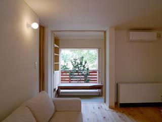 住宅街に建つ穏やかな家: FAD建築事務所が手掛けたリビングです。