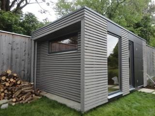 Naturhouse Gartenhaus: moderne Garage & Schuppen von Naturmont