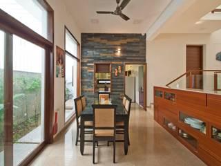 mr sajeev kumar s residence at girugambakkam, near m.i.o.t hospital, chennai ,tamilnadu:  Dining room by Muraliarchitects