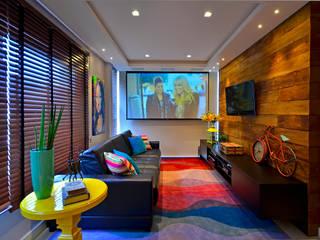 Salas multimédia modernas por Juliana Baumhardt Arquitetura Moderno