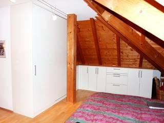 Schlafzimmer Einbauschränke in der Dachschräge Moderne Schlafzimmer von PYRA-Designmoebel.de Modern