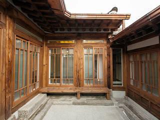 안마당: 라이프인스탈로의  주택