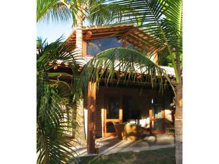Casas de estilo tropical por Cria Arquitetura