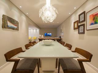 Apartamento Caravelas: Salas de jantar ecléticas por Fábrica Arquitetura
