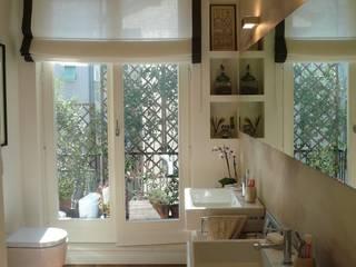 Appartamento a Milano: Bagno in stile  di Karin Künzli