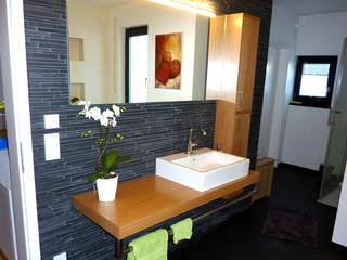 Moderne trifft Natur:  Badezimmer von PYRA-Designmoebel.de
