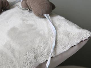 Coussin brodé en lin et fausse fourrure:  de style  par Jojo la praline