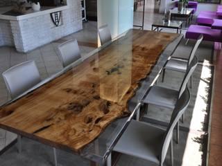 BRICCOLA and EPOXY RESIN TABLE: Sala da pranzo in stile in stile Moderno di ANTICO TRENTINO S.R.L.