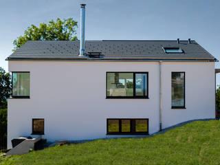 Ansicht vom Nachbargrundstück: minimalistische Häuser von architekturlabor