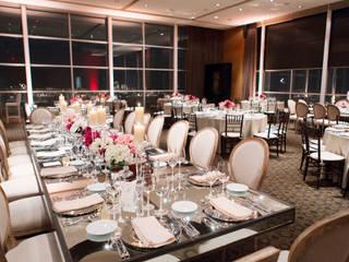 Mesa Banquetera: Comedor de estilo  por Elemento Tres
