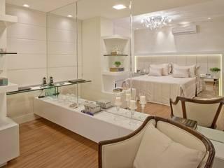 Mariane e Marilda Baptista - Arquitetura & Interiores Minimalist bedroom