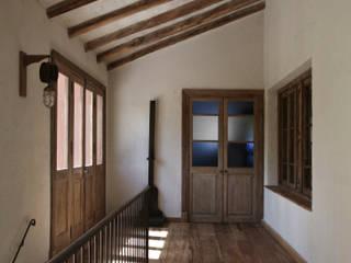 Chalet Atamisque Pasillos, vestíbulos y escaleras rústicos de Bórmida & Yanzón arquitectos Rústico